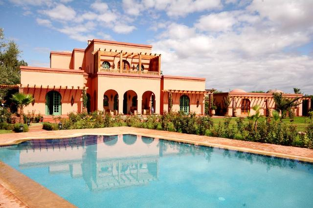 Upholstered bed bedroom - Villa Kobba Marrakech Rural Morocco Fleewinter