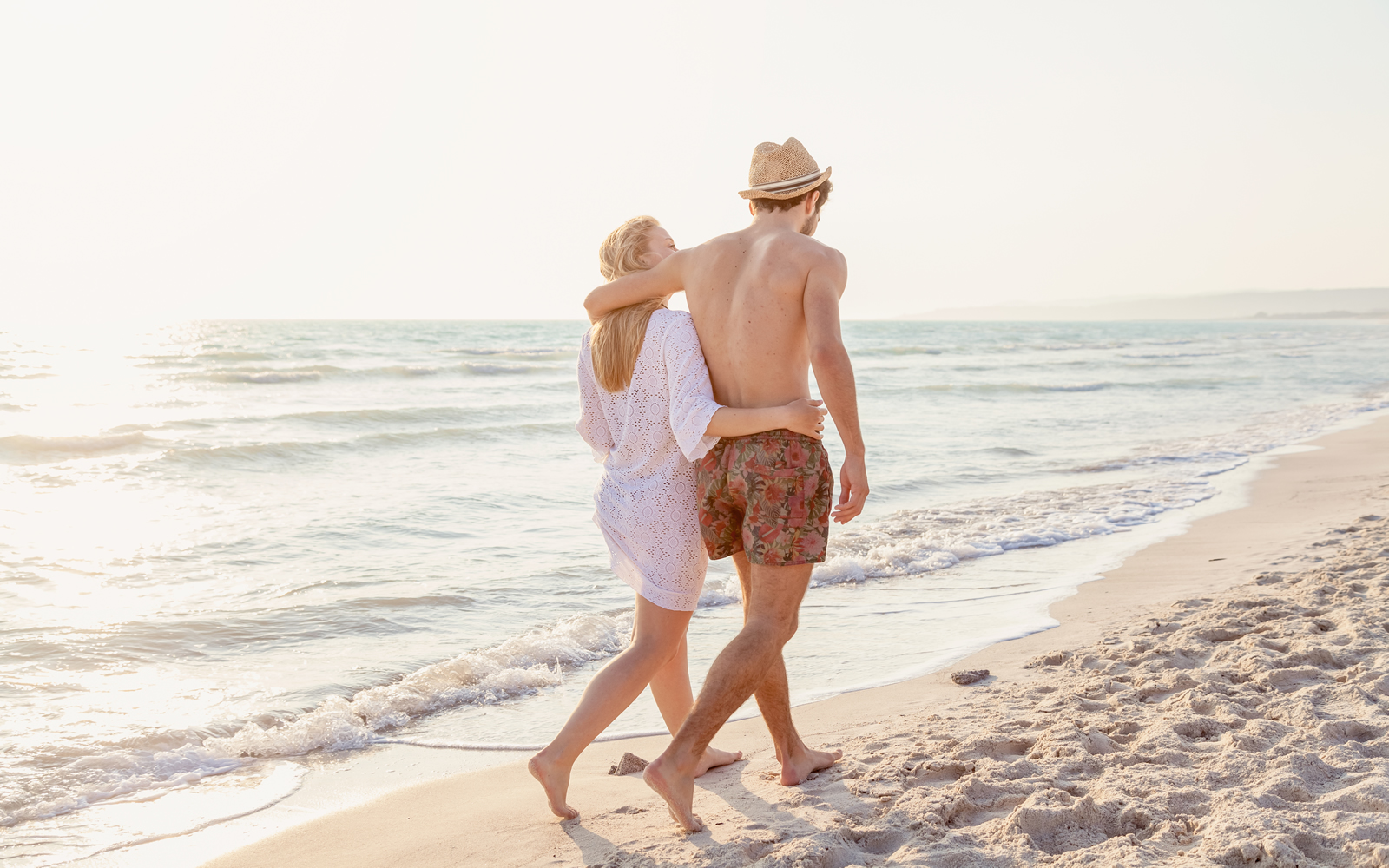 Couple Walking on the Beach1600x1000